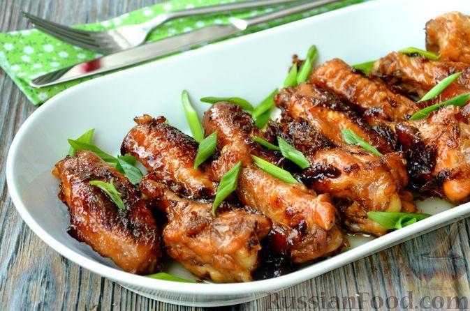 Фото к рецепту: Пряные куриные крылышки, жаренные с кока-колой и соевым соусом