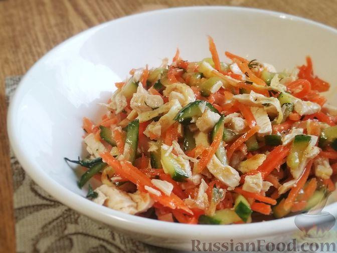Фото к рецепту: Салат из куриного филе, корейской моркови, огурцов и яичных блинчиков
