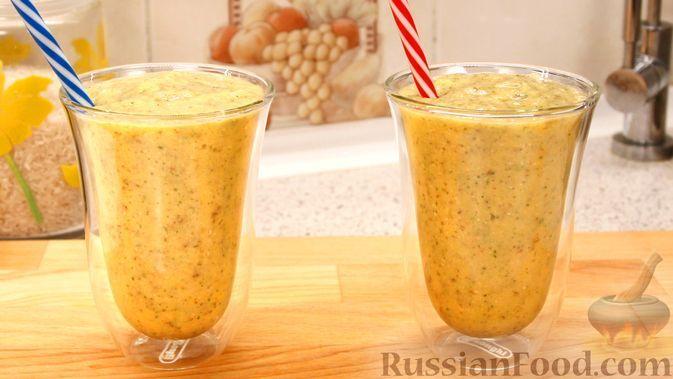 """Фото к рецепту: """"Противоавитаминозный"""" смузи с бананом, апельсином, ананасом, манго и мятой"""