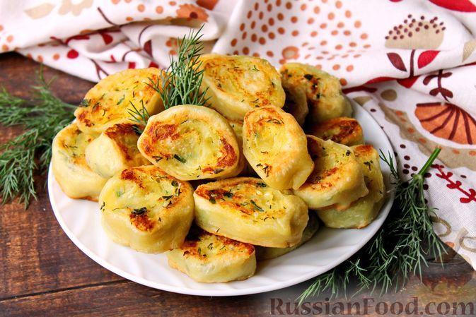 Фото к рецепту: Рулетики из пресного теста с пряной начинкой из картофеля и зелени