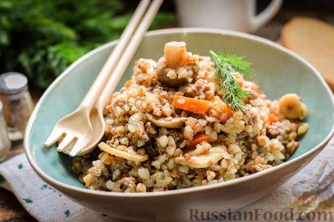 Фото к рецепту: Гречка с фаршем и грибами, на сковороде