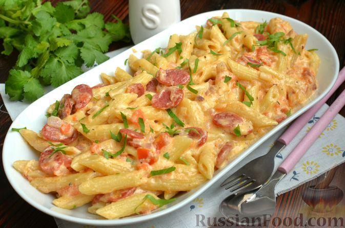 Фото к рецепту: Макароны с копчёными колбасками в томатно-сливочном соусе