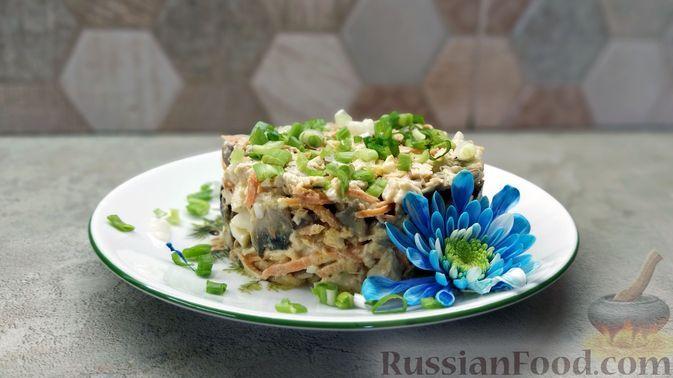 Фото к рецепту: Салат с курицей, шампиньонами и морковью по-корейски