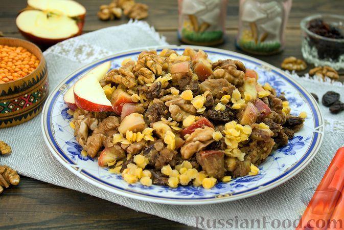 Фото к рецепту: Чечевица с яблоками, грецкими орехами и изюмом
