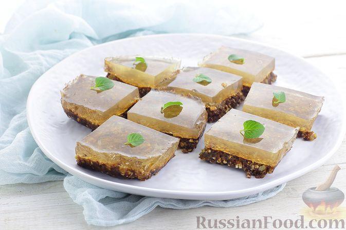 Фото к рецепту: Десерт с сухофруктами, овсяными хлопьями и яблочным желе