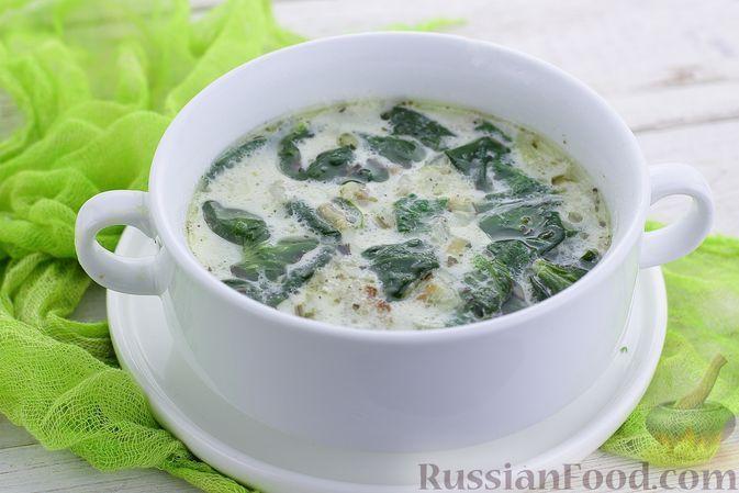 Фото к рецепту: Куриный суп со шпинатом, беконом и сливками