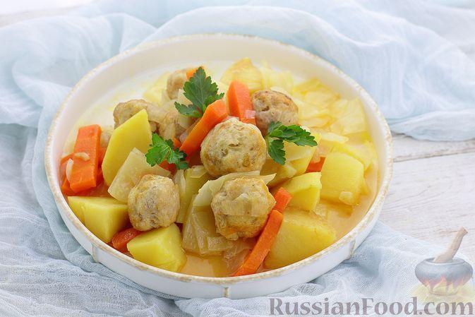 Фото к рецепту: Картошка, тушенная с фрикадельками и капустой