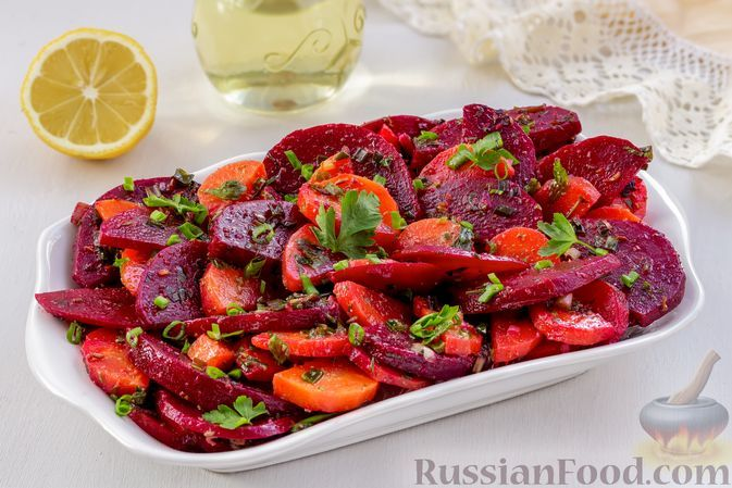 Фото к рецепту: Салат из варёной моркови со свёклой и зеленью