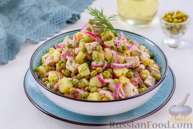 Фото к рецепту: Мясной салат с картофелем, зелёным горошком и маринованным луком