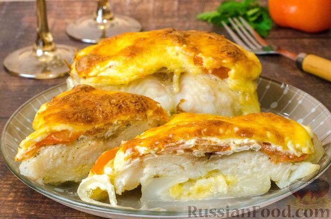 Фото к рецепту: Рыба, запеченная с цветной капустой, помидором и сыром