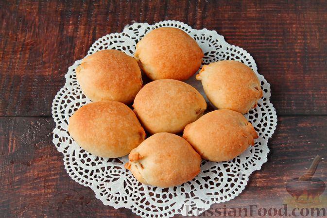 """Фото к рецепту: Дрожжевые пирожки-""""малыши"""" с картофельно-мясной начинкой (в духовке)"""