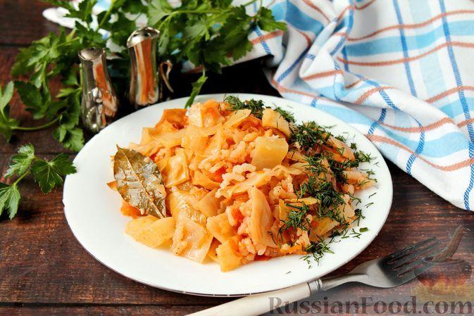 Фото к рецепту: Капуста, тушенная с рисом и морковью в томатном соусе