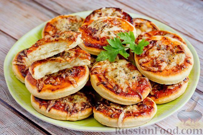 """Фото к рецепту: Закусочное печенье """"Микропиццы"""" на пиве, с кетчупом, сыром и орегано"""