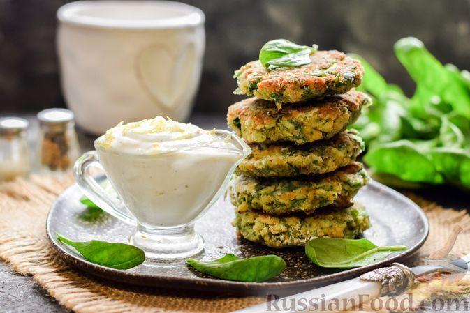 Фото к рецепту: Котлеты из брокколи и шпината с лимонно-мятным соусом из йогурта