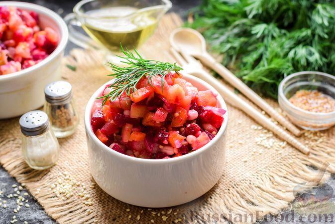 Фото к рецепту: Винегрет с фасолью, солёными огурцами и медово-горчичной заправкой