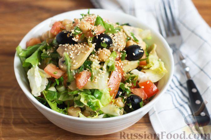 Фото к рецепту: Салат с жареными шампиньонами, нутом, помидорами и маслинами