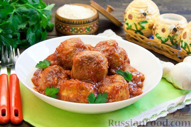 Фото к рецепту: Тефтели из грибов и риса с томатным соусом