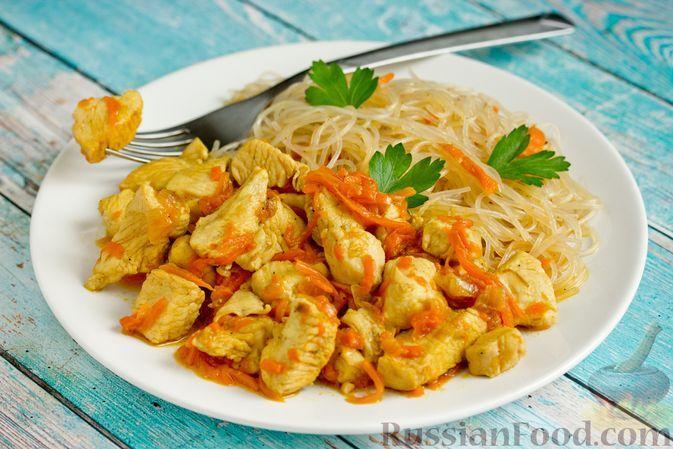 Фото к рецепту: Куриная грудка, тушенная с луком и морковью