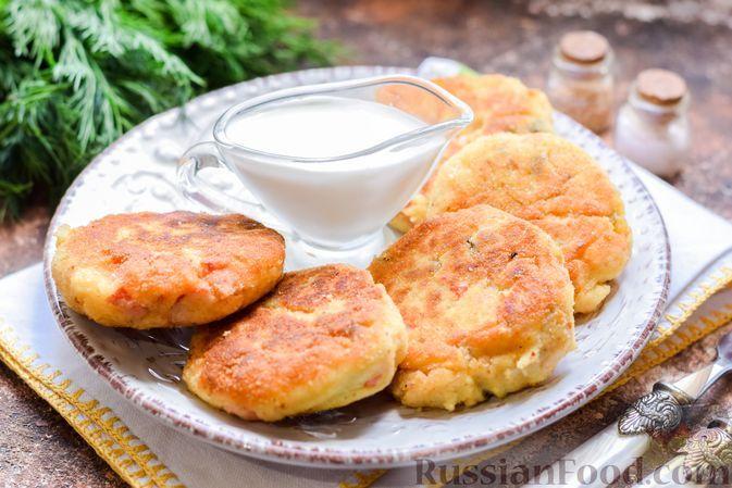 Фото к рецепту: Картофельные котлеты с крабовыми палочками и солёными огурцами