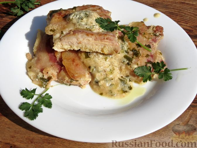 Фото к рецепту: Куриные отбивные с беконом, в пикантном сливочно-винном соусе