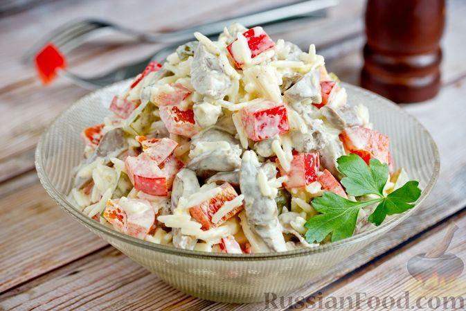 Фото к рецепту: Салат с куриными сердечками, рисом, солеными огурцами и болгарским перцем