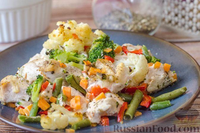 Фото к рецепту: Куриное филе, запечённое с брокколи, цветной капустой, сладким перцем и стручковой фасолью