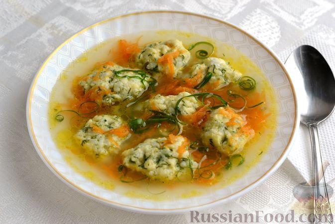 Фото к рецепту: Куриный суп с рисово-сырными клецками