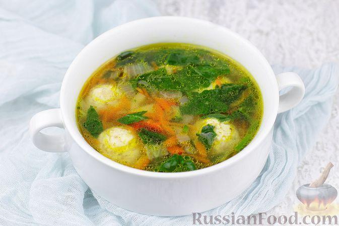 Фото к рецепту: Суп с куриными фрикадельками, шпинатом и овощами