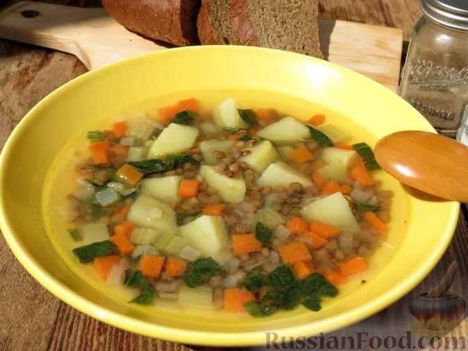 Фото к рецепту: Овощной суп с чечевицей, сельдереем и шпинатом
