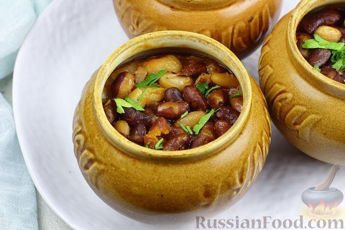 Фото к рецепту: Фасоль, тушенная с луком и томатом в горшочке (в духовке)