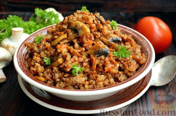 Фото к рецепту: Гречка с грибами и мясным фаршем (на сковороде)