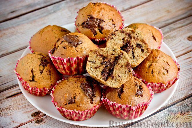 """Фото к рецепту: Кофейные кексы """"Капучино"""" с орехами и шоколадом"""