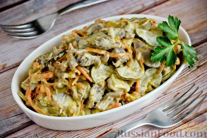 Фото к рецепту: Салат из куриных желудочков, моркови, солёных огурцов и лука