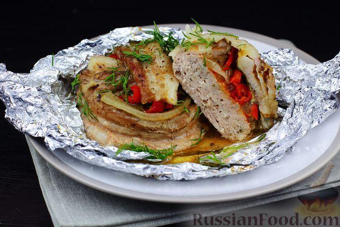 Фото к рецепту: Мясные котлеты, запечённые с овощами, сыром и беконом (в фольге)