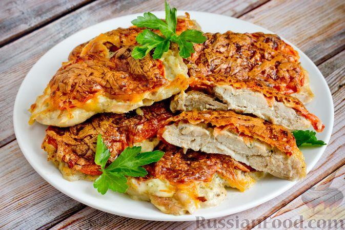Фото к рецепту: Запечённые отбивные из куриных голеней с помидорами и сыром