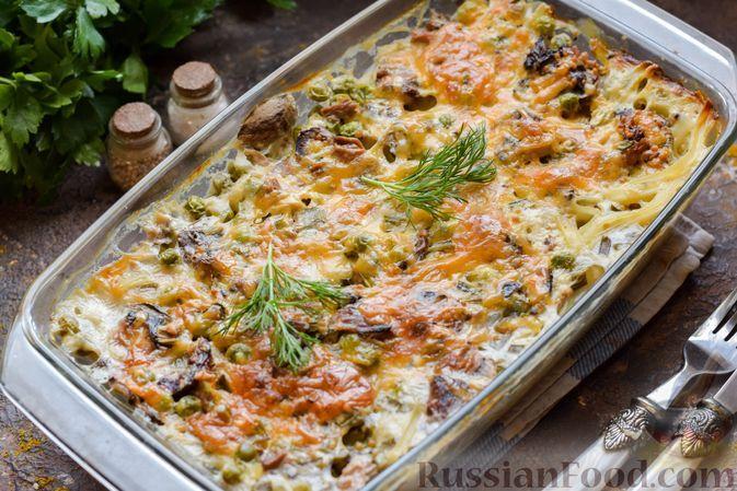 Фото к рецепту: Запеканка из лапши, тунца, грибов и зелёного горошка в сливочно-сырном соусе