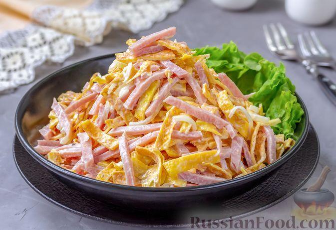 Фото к рецепту: Салат с ветчиной, яичными блинчиками и маринованным луком
