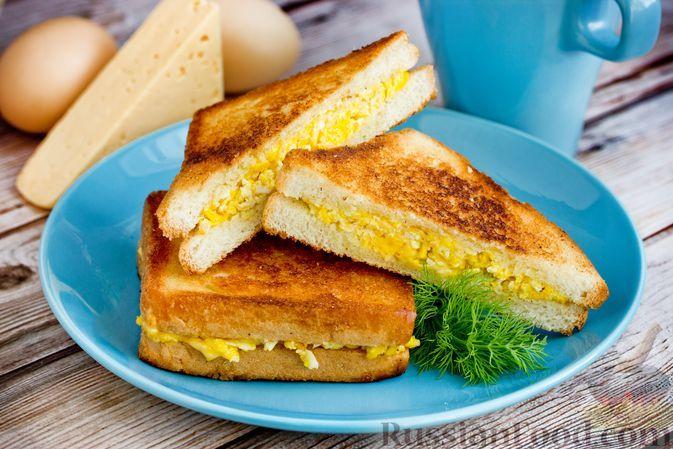 Фото к рецепту: Сэндвич с яичницей и сыром