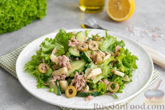 Фото к рецепту: Салат с тунцом, огурцами, яблоком и оливками