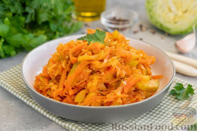 Фото к рецепту: Молодая капуста, тушенная с кабачками и томатной пастой