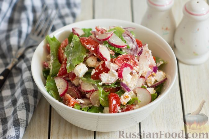 Фото к рецепту: Салат с редиской, помидорами, сыром фета и луком