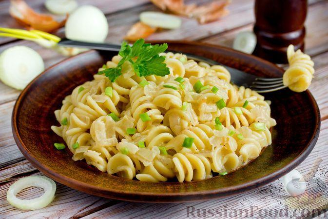 Фото к рецепту: Макароны с луково-сметанной подливкой