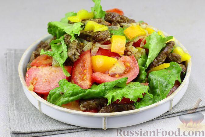 Фото к рецепту: Салат с жареной печенью, помидорами и болгарским перцем