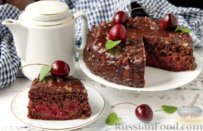 "Фото к рецепту: Шоколадный пирог ""Пьяная вишня"""