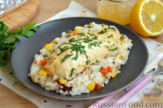 Фото к рецепту: Куриное филе, запечённое с рисом, овощами и остро-сладким соусом (в фольге)