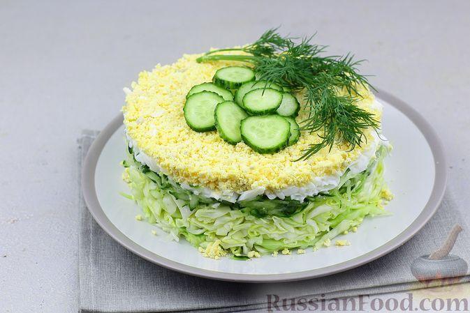 Фото к рецепту: Слоеный салат из молодой капусты, огурцов и яиц