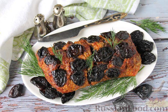 Фото к рецепту: Запечённая свинина в горчично-майонезном маринаде, фаршированная черносливом