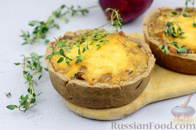 Фото к рецепту: Гречневые мини-киши с грибами, карамелизованным луком и сыром