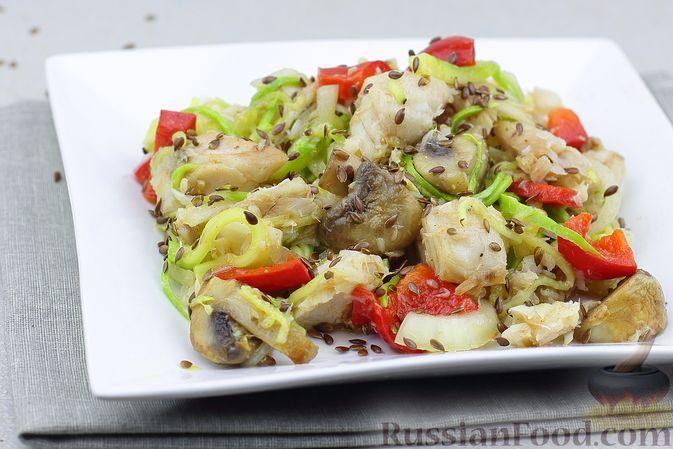 Фото к рецепту: Рыбный салат с шампиньонами, болгарским перцем и маринованными кабачками
