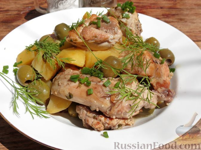 Фото к рецепту: Кролик, тушенный с картофелем и оливками в вине (в духовке)